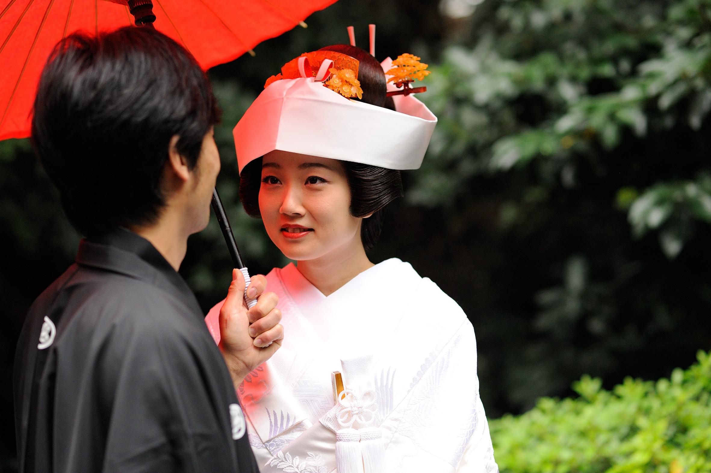 c54f183200e94 人前式はお招きした皆様に結婚を誓うスタイルですが、他の式に比べてオリジナリティが高いので、白無垢 や色打掛、極端な話ウエディングドレスでも、挙式が可能です。
